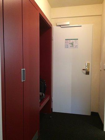 Hotel Vorfelder: Praktische kastruimte met groot open vak voor koffers / tassen