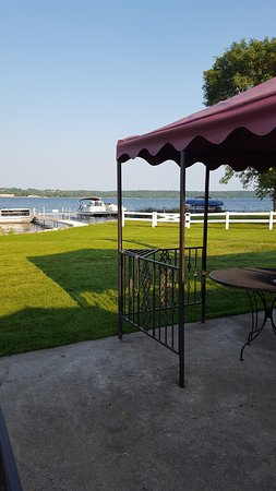 Glenwood, MN: Outdoor patio seating