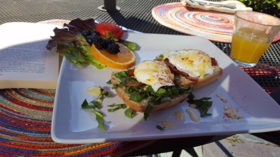 Woods Hole Passage Bed & Breakfast Inn: Eggs Benedict Breakfast