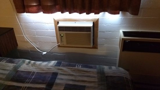 Thunderbird Motel: A/C unit right next to the bed.