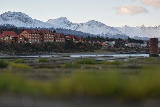 Los Cauquenes Resort & Spa: Foto do hotel, a partir da ponta oposta da baía