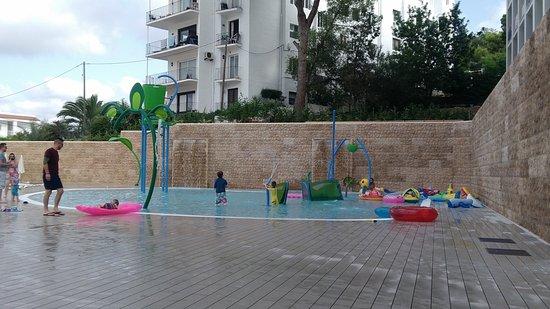 Piscina per i bimbi con giochi d 39 acqua picture of - Piscina per bimbi ...