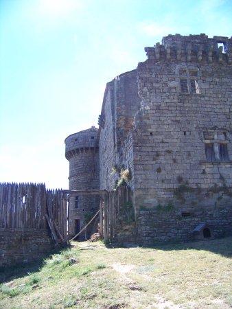 Aujac, Francia: vue de la partie haute avec sa tour