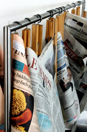 Rolex Learning Center EPFL : The daily papers on traditional wooden holders, near the café
