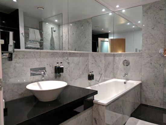 The May Fair Hotel: Bathroom in deluxe room