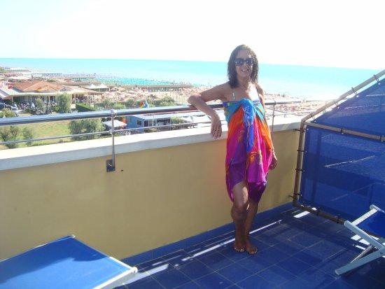 Grand Hotel Continental: Balcòn con vista al mar. Enfrente club ruidoso de noche.