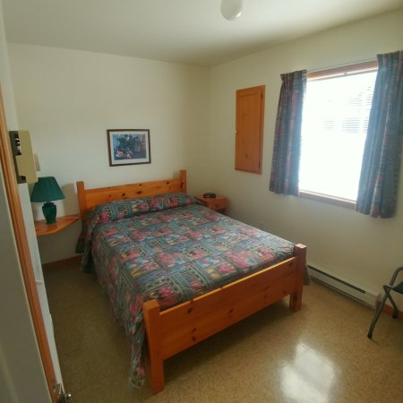 Cabot Trail Sea and Golf Chalets: Bedroom with Queen Bed.