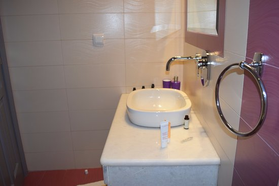 Polydefkis Apartments: Bathroom in Rm #23 - with excellent water pressure