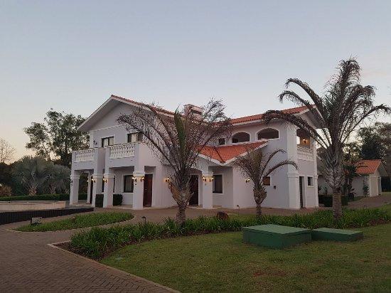 Wish Foz do Iguaçu by GJP : São quatro apartamentos em cada casa. As casas sao muito charmosas distribuídas em uma imensa ár