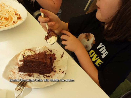 Loving Hut @ Mount Gravatt: Double Chocolate Cake with Vanilla Ice-Cream