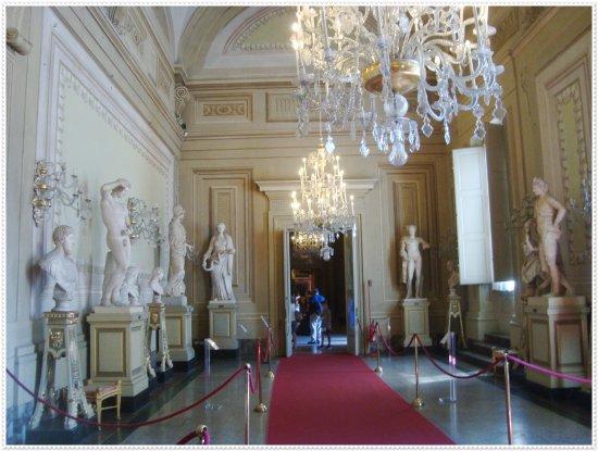 sal n de esculturas del palacio pitti foto di palazzo