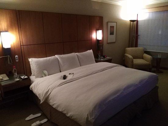 Swissotel Quito: Habitación amplia y cómoda