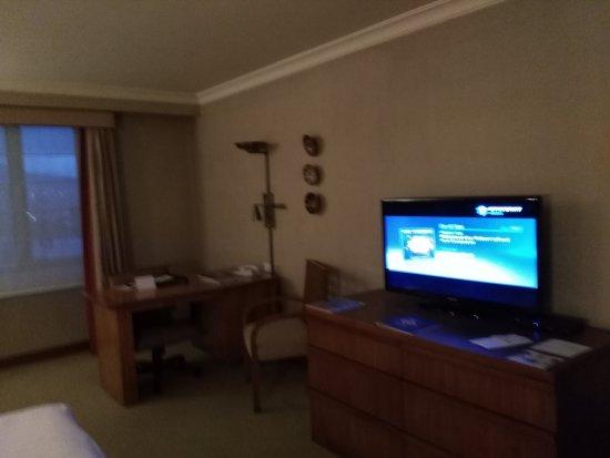 Swissotel Quito: Mesa de trabajo, TV
