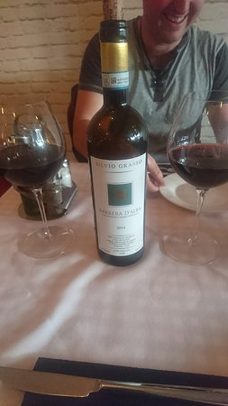 Nelson-Tasman Region, Nueva Zelanda: Best Italian red wine I have ever had. We got the whole bottle for $50 but you can get $10 a gla