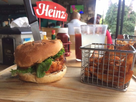 Delicieux The Rooster Kitchen: Hamburguesa Buffalo Con Papas Gajo