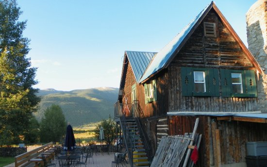 Twin Lakes, CO: Side view with outside eating areas. Good place for a rest stop if you are headed west.
