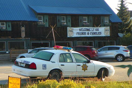 Twin Lakes, CO: Front side of hotel. All the tourists slow down for the cop. Need some speed bumps for the local