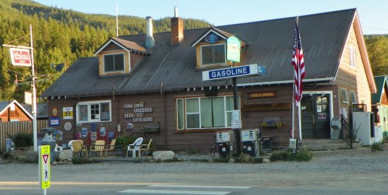 Twin Lakes, CO: The only other commercial building of significance in the town is this general store next door.