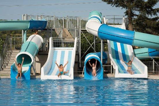 Piscina de verano con 5 toboganes gigantes y forma de for Piscinas con toboganes