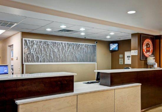 Fairfield Inn & Suites Christiansburg: Front Desk