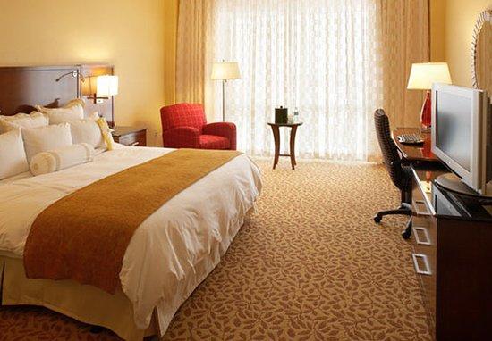 Berkeley, MO: Executive Club Level King Guest Room