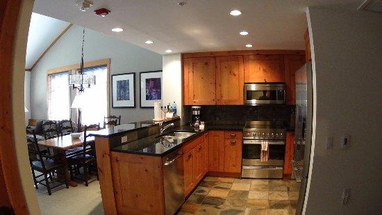 First Tracks Lodge: Kitchen