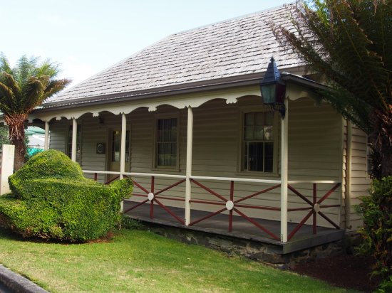 Burnie, Australia: Historic building in the park. (Old Inn?)