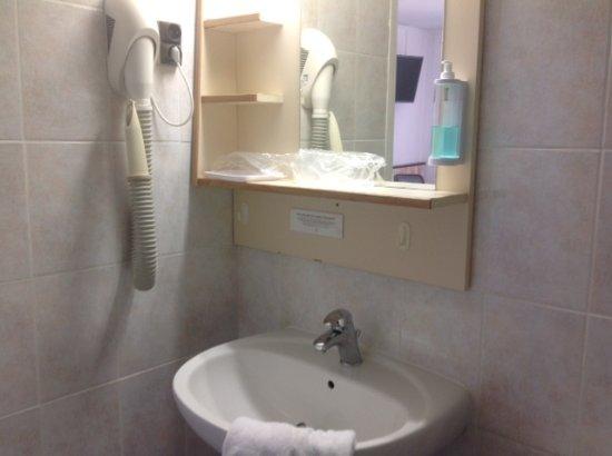 Cabine douche lavabo wc photo de mer et foret hotel for Cabine de douche avec wc et lavabo