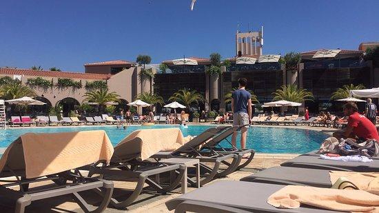 Club Med Opio Provence: Vue de la piscine principale sur le club