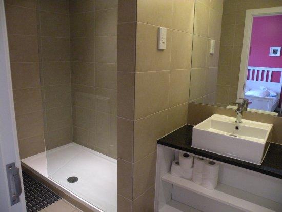 Ruime badkamer met grote inloopdouche - Picture of Wombat\'s City ...
