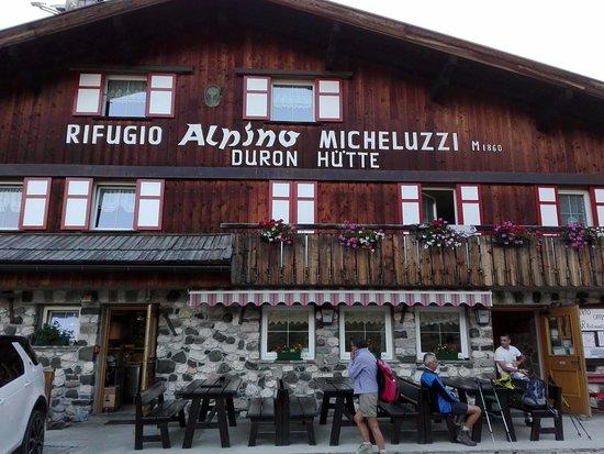 Rifugio Micheluzzi: La facciata