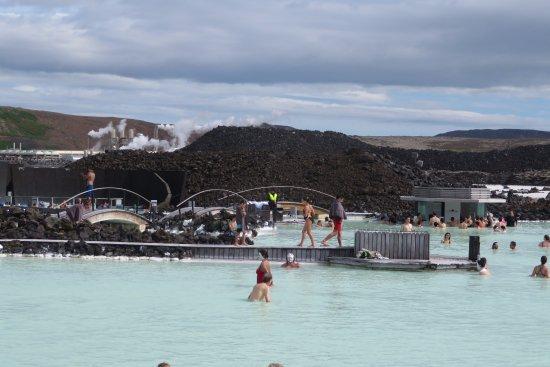 Grindavik, Islandia: Vista de la piscina y zona donde aplicarse las mascarillas faciales