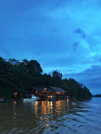 Sukau Rainforest Lodge: Cruising up to the hotel