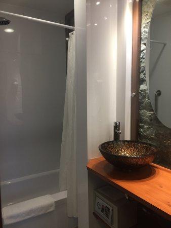 Manoir de L'Esplanade : Baño de la habitación 17 con caja de seguridad