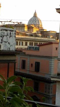 Hotel Dei Consoli: Terraza donde se sirve el desayuno, con vistas al Vaticano.