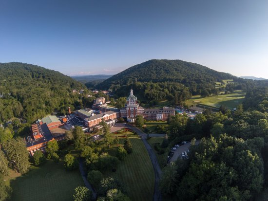 Hot Springs, Wirginia: The Allegheny Mountains provide a beautiful backdrop for our iconic resort.