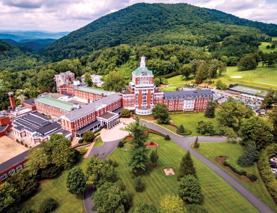 Hot Springs, VA: The Omni Homestead, nestled in Virginia's scenic Allegheny Mountains.