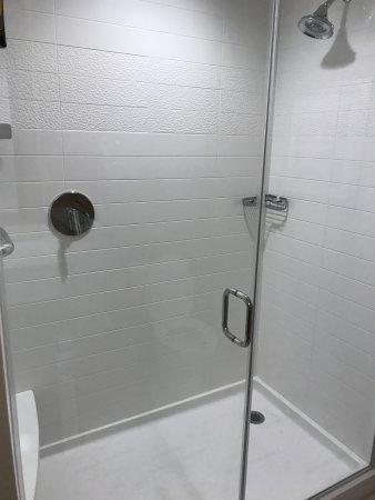 Tustin, Καλιφόρνια: Large Shower with glass doors