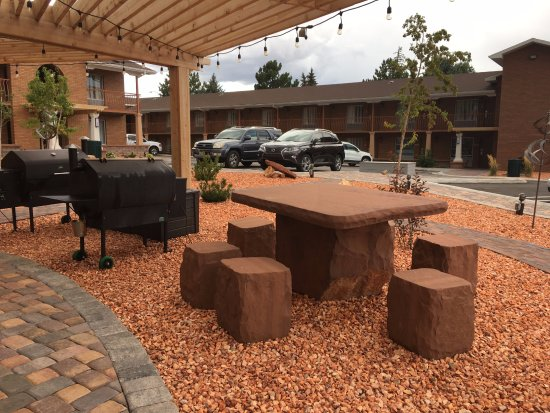 Merveilleux Best Western Plus Cedar City: U0027Fred Flintstoneu0027 Furniture In The Courtyard