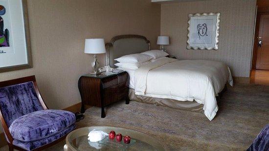 Hotel Mulia Senayan, Jakarta: Bed inside the room