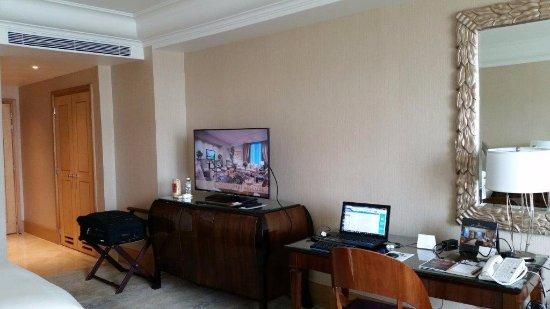 Hotel Mulia Senayan, Jakarta: Inside room with business desk and TV