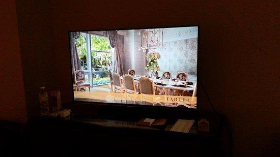 Hotel Mulia Senayan, Jakarta: Large screen TV in the room