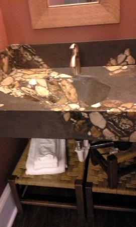 The Red House Inn Brevard: Beautiful custom rock sink made by one of the local residents.