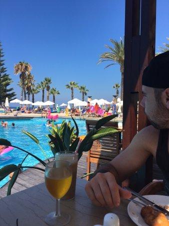 Louis Ledra Beach: Having late breakfast at the pool bar