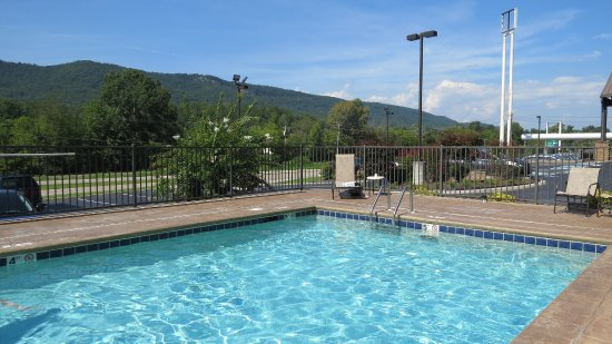 Harriman, TN: The view from the pool is amazing.