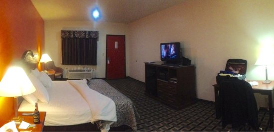 Atoka, OK: Spacious room panorama with HBO   at your feet. Nice new carpet!