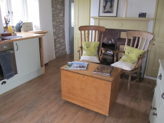 Over Haddon, UK: Sitting area in lovely kitchen to read local information