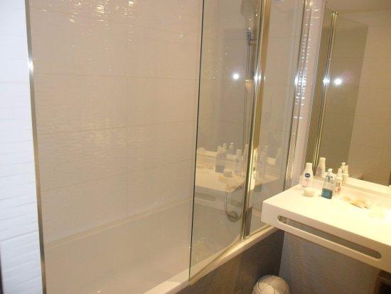 Salle de bain avec baignoire et douche - Photo de Néméa Appart\'Hôtel ...