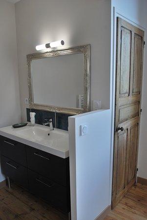 Vue salle d\'eau et porte WC séparé chambre -Echappée belle ...