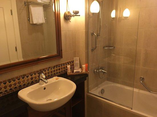 Petite salle de bains, baignoire obligatoire et WC non séparés ...